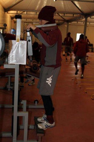 Pasquato durante gli allenamenti al centro sportivo del Torino. Notare la struttura a teloni e l'abbigliamento pesante del giocatore