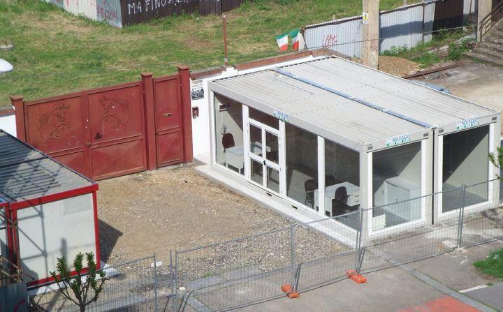 Una foto del prefabbricato in installazione all'ingresso del Fila, con lo stesso portone arretrato di alcuni metri (foto marat forum ForzaToro.net)