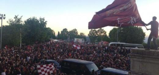 La folla dei tifosi presenti a Superga all'arrivo della squadra (foto toro.it - Superga celebrazioni terminate)