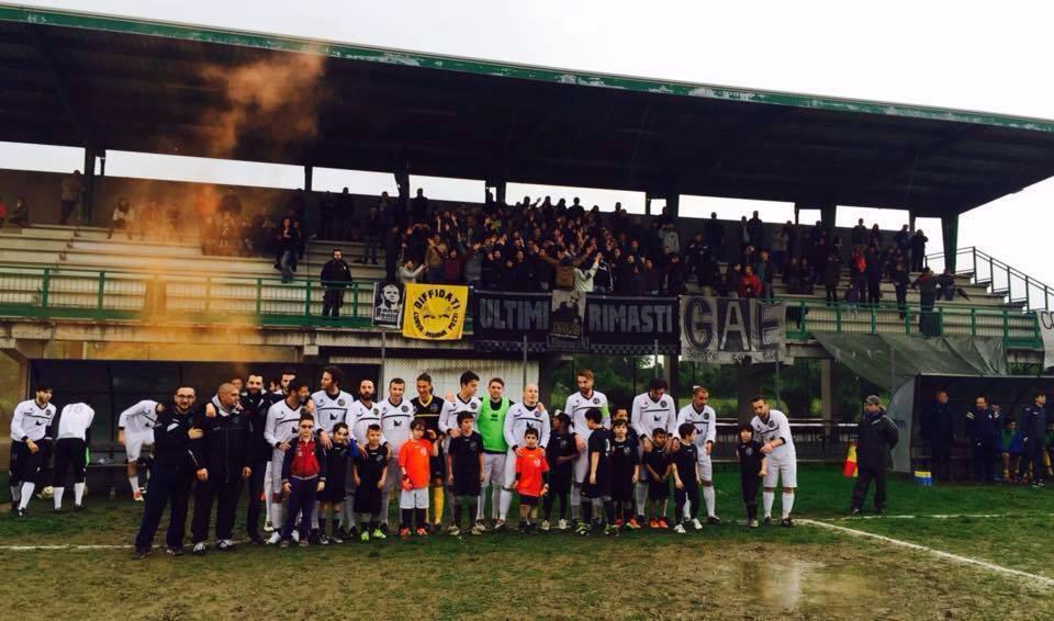 """La squadra del CS Lebowski e i suoi tifosi, gli """"Ultimi Rimasti"""""""